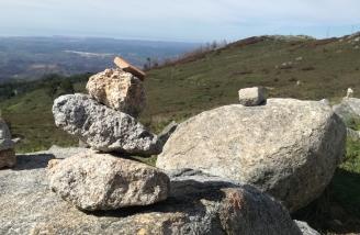 Steinmännchen auf dem Gipfel des Foía