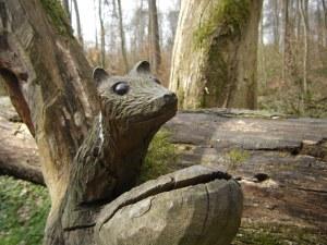 Eine geschnitzte Holzfigur am Rande des Wanderwegs